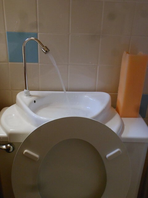 9 Steps How To Clean a Toilet Tank